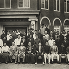 昭和5年、研生学会新館落成記念。中央に座っているのが正垣角太郎。多くの人がお互いに力を合わせて、製造・配達などヨーグルトの普及につとめた。